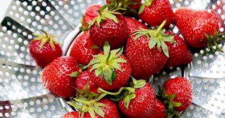 Erdbeeren verlieren schnell an Aroma, wenn sie einem zu starkem Wasserstrahl oder einem langen Wasserbad ausgesetzt sind.