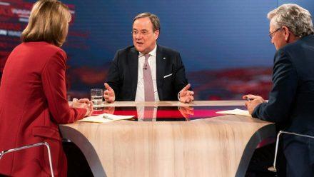 """Armin Laschet (Mitte) im Gespräch mit Bettina Schausten und Peter Frey in der """"Was nun, Herr Laschet?""""-Sendung vom 25. Februar 2020. (jom/spot)"""