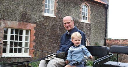 Für seinen Sohn Andrew war der verstorbene Prinz Philip der «Großvater der Nation» (imBild mit Urenkel George). Mancher Brite scheint das ein bisschen anders zu sehen.