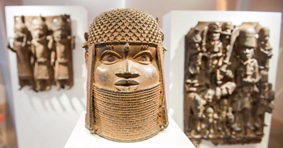 Drei Raubkunst-Bronzen aus dem Benin sind 2018 im Hamburger Museum für Kunst und Gewerbe in einer Vitrine ausgestellt.