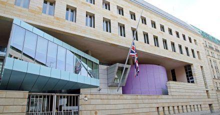 Der Union Jack vor der britischen Botschaft in Berlin wurde auf halbmast gesetzt.