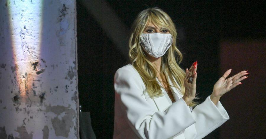 Model Heidi Klum mit einem Mundschutz bei einer Modenschau.