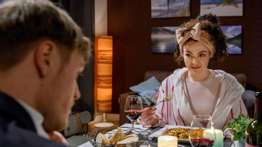 """""""Sturm der Liebe"""": Das Dinner mit Shirin verläuft für Max anders als geplant. (cg/spot)"""