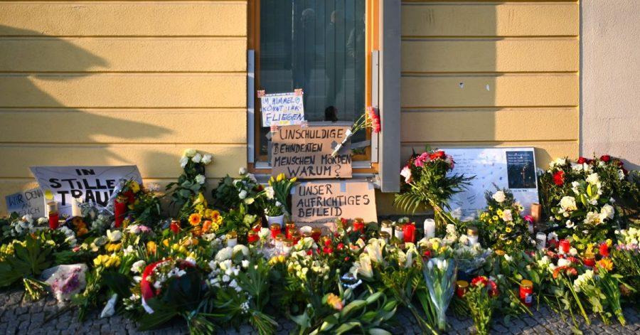 Blumen, Kerzen und Plakate liegen vor dem Eingang zur Einrichtung des diakonischen Anbieters Oberlinhaus.