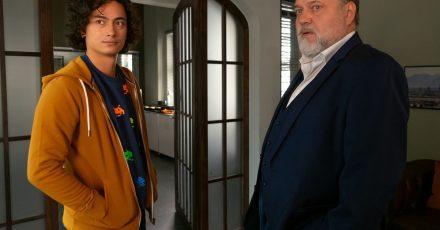 Richard Voss (Jan-Gregor Kremp, r) zeigt Joshua Tuttlinger (Yan Balistoy) die Büroräume der Mordkommission.