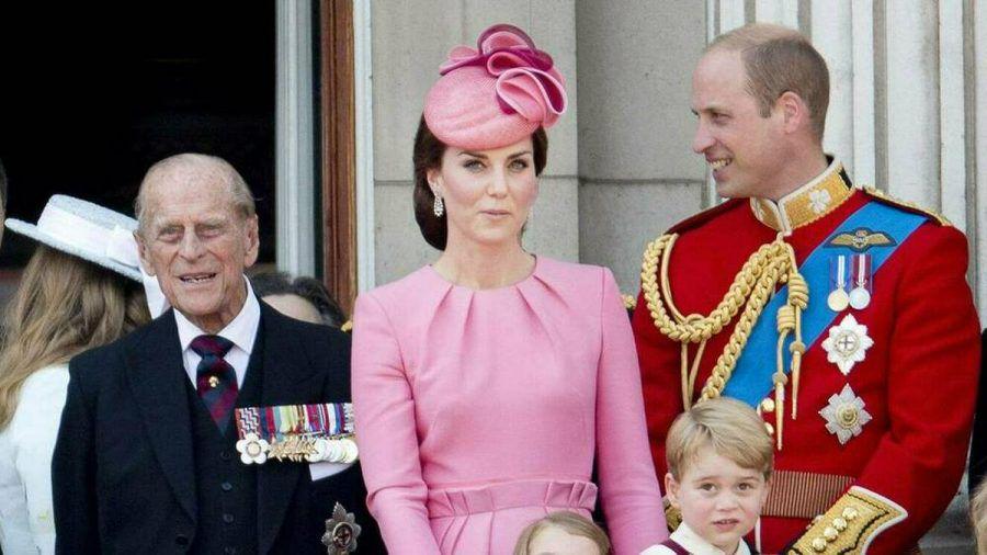 Prinz William (re.) trauert mit der britischen Königsfamilie um Prinz Philip. (cos/spot)