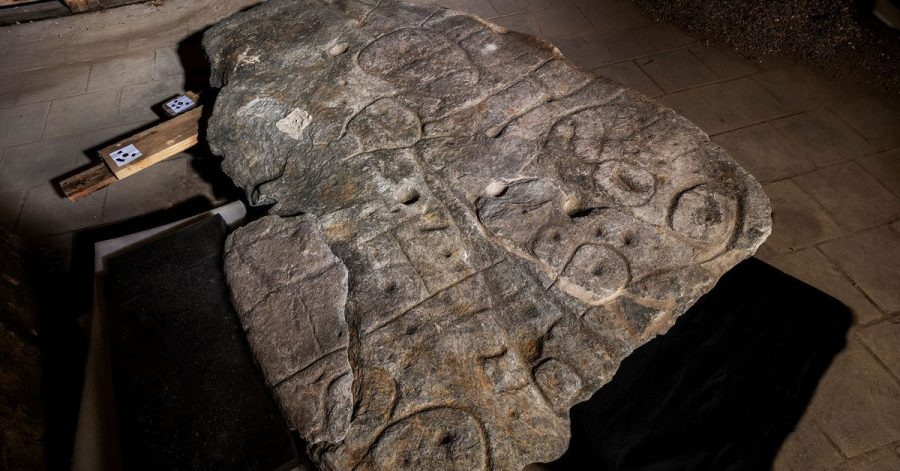 Die eingravierten Linien auf dem Stein markieren wahrscheinlich ein damaliges Herrschaftsgebiet.