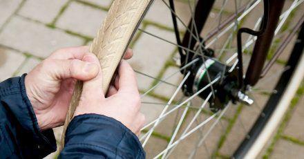 Für viele Fahrräder lässt sich zur Überprüfung des Reifendrucks die Daumenregel anwenden.
