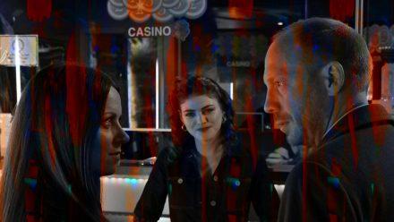 """""""Herr und Frau Bulle: Alles auf Tod"""":  Heiko Wills (Johann von Bülow) und Yvonne Wills (Alice Dwyer, l.) befragen Verena (Johanna Polley), eine Mitarbeiterin des Casinos (cg/spot)"""