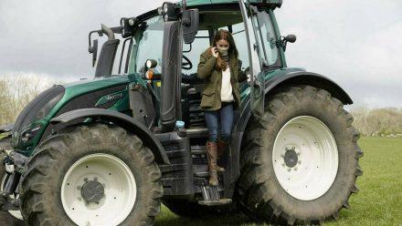 Herzogin Kate nach ihrer Probefahrt mit einem Traktor (wue/spot)