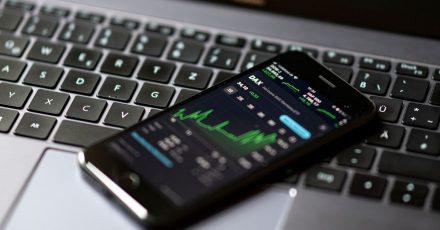 Niedrige Zinsen und der anhaltende Aktienboom bringen auch immer mehr junge Menschen an die Börse.