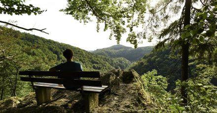 Pause mit Panorama: Vom sogenannten Forstmeistersprung fällt der Blick über das Steinachtal.