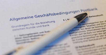 Der Bundesgerichtshof (BGH) hat Klauseln, die eine stillschweigende Zustimmung des Kunden bei einer Änderung der AGB festlegen, für unwirksam erklärt.