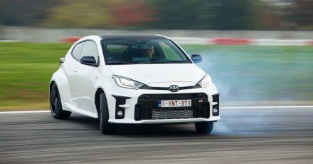 Im Autotest glänzt der Toyota Yaris GR mit einer gelungenen Abstimmung. Zudem behalten die Gummis auf den 18-Zoll-Felgen selbst bei maximal 360 Nm ihre Haftung.