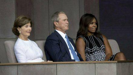 Laura Bush (l.), George W. Bush und Michelle Obama (r.) 2016 bei der Eröffnung des Museums für afroamerikanische Geschichte und Kultur in Washington D.C. (wag/spot)