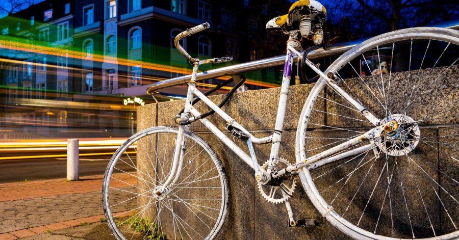 Fahrzeuge fahren an einem sogenannten «Ghost Bike» vorbei, welches an einer Kreuzung in Hannover an einen tödlich verunglückten Fahrradfahrer erinnert.