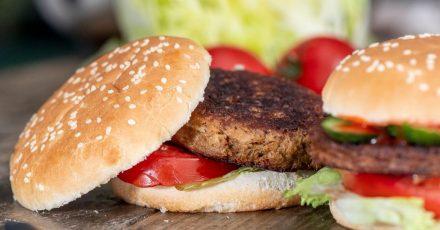 Es muss nicht immer Fleisch sein: Geschmacklich überzeugen auch vegetarische Patties im Burger.