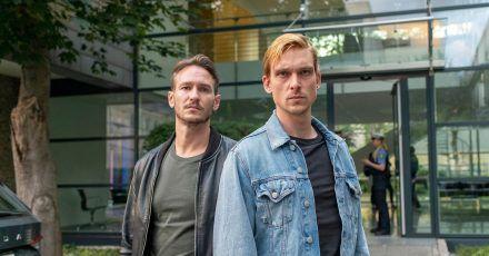 Die Hauptkommissare Leo Hölzer (Vladimir Burlakov) und Adam Schürk (Daniel Sträßer) vor dem Kommissariat in Saarbrücken.