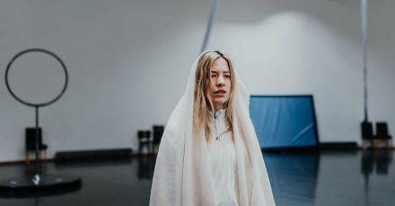 Valentina Schatzer als Maria Magdalena auf Probebühne im Festspielhaus Neuschwanstein für den Film Passion 2:1.