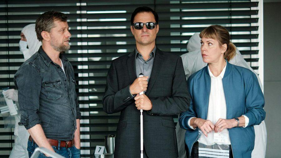 """Blind ermittelt - Lebendig begraben"": Niko (Andreas Guenther, l.), Haller (Philipp Hochmair) und Laura Janda (Jaschka Lämmert) beraten sich. (cg/spot)"