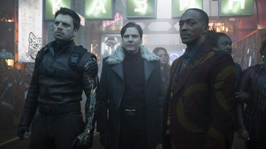"""Der """"Winter Soldier"""" (l., Sebastian Stan) und """"Falcon"""" (r., Anthony Mackie) sind auf die Hilfe von Helmut Zemo (Daniel Brühl) angewiesen. (wag/spot)"""
