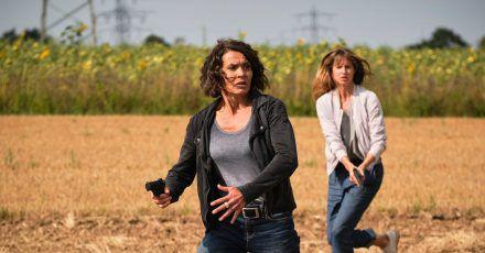 Lena Odenthal (Ulrike Folkerts, l) und Johanna Stern (Lisa Bitter) verfolgen einen Tatverdächtigen.