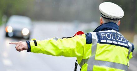 Ein Polizist während einer Geschwindigkeitskontrolle an einer Bundesstraße.