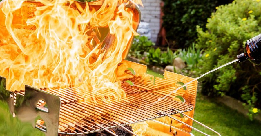 Spiritus, Alkohol oder gar Benzin erhöhen die Hitze im Grill extrem und können hohe, unkontrollierbare Flammen fördern.