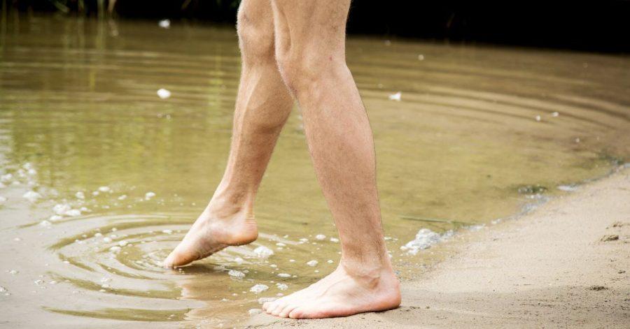 Vorsichtig herantasten: Kaltes Wasser und fehlende Kondition können sonst auf den ersten Schwimmrunden zum Problem werden.