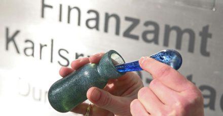 Im Neubau des Karlsruher Finanzamtes soll man künftig das Parfüm kaufen können, das nach frisch gedrucktem Geld riecht.