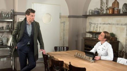 """""""Rote Rosen: Carla lässt sich von Gregor nicht aus dem Restaurant ekeln (cg/spot)"""