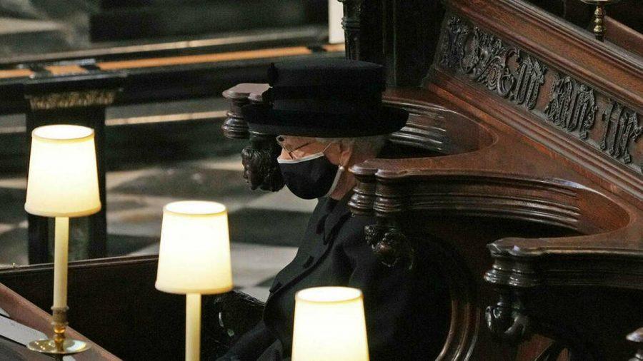 Die Bilder der einsamen Queen auf Prinz Philips Beerdigung gingen um die Welt (stk/spot)