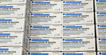 Schachteln des Impfstoffs von der Johnson & Johnson-Tochter Janssen COVID-19 liegen nebeneinander.