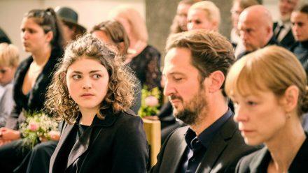 """""""Tatort: Was wir erben"""": Toni (Johanna Polley, l.), ihr Onkel Richard (Jan Messutat) und ihre Tante Gesine (Jenny Schily) bei der Trauerfeier für Elisabeth Klingler (Anne-Marie Fliegel). (ili/spot)"""