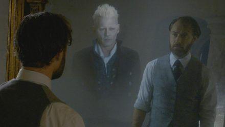 """""""Phantastische Tierwesen: Grindelwalds Verbrechen"""": Jude Law als junger Albus Dumbledore sieht nicht nur sein Spiegelbild, sondern auch Johnny Depp als Gellert Grindelwald (hub/stk/spot)"""