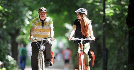 Ein eher aufrechter Sitz schont den Rücken beim Radfahren.