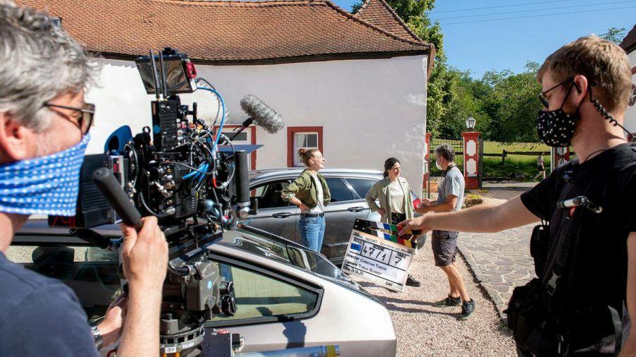 """Am Set vom """"Tatort: Der Herr des Waldes"""": Die Schauspielerinnen Ines Marie Westernströer (l.) und Brigitte Urhausen mussten während des Drehs keine Maske tragen. (amw/spot)"""