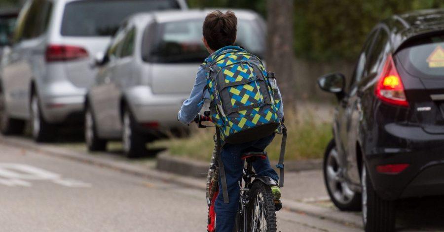 Auch Kinder haben Sorgfaltspflichten, wenn sie zum Beispiel mit dem Fahrrad auf die Straße fahren.