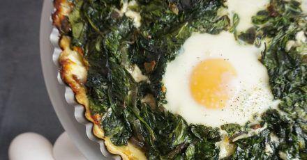 Die Tarte mit der Spinat-Masse und ausgesparten Mulden wird zunächst 20 Minuten gebacken. Erst dann werden die Eier in die Mulden aufgeschlagen. Danach kommt die Tarte für weitere 15 Minuten in den Backofen.