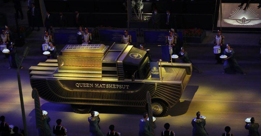 Ein Wagen transportiert die Mumie der legendären Pharaonin Hatschepsut durch Kairo.