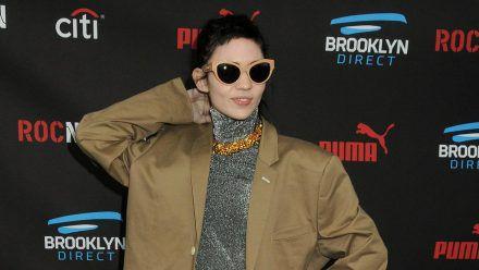 Sängerin Grimes ist für extravagante Auftritte bekannt. (cos/spot)