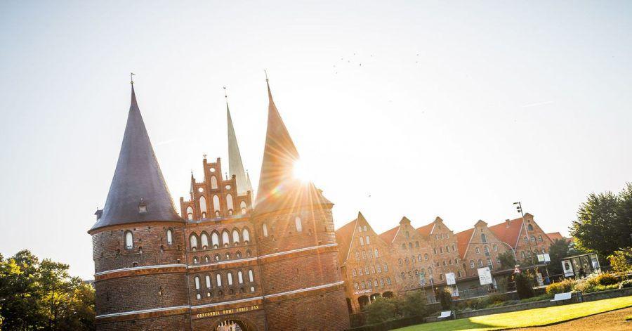 Wahrzeichen der Stadt: das Holstentor in Lübeck.