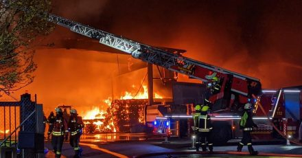 Feuerwehrleute im Kampf gegen die Flammen.