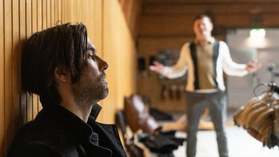 """""""Laim und die Tote im Teppich"""": Lukas Laim (Max Simonischek, l.) konfrontiert """"Hinni"""" Feuer (Shenja Lacher) mit den Ermittlungsergebnissen (cg/spot)"""
