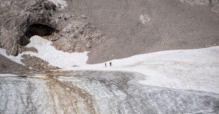 Ausflügler auf der Zugspitze bei einem Spaziergang über den Gletscher in Garmisch-Partenkirchen.