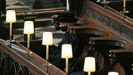 Queen Elizabeth II., ganz alleine bei der Trauerfeier für ihren verstorbenen Ehemann Philip (wue/spot)