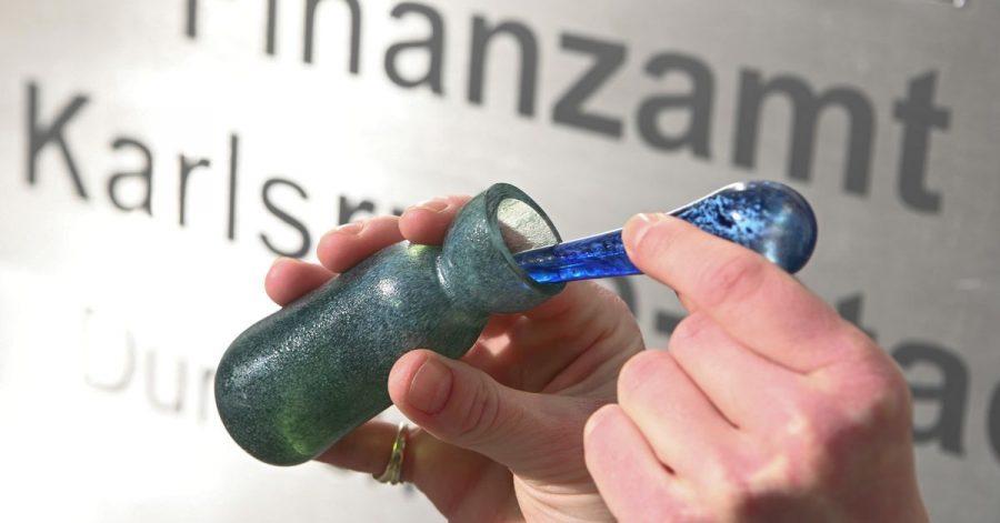 Der «Steuerduft» kommt im grünen Glasflakon daher und kostet 60 Euro. Das Geld soll in die Produktion einer neuen Charge fließen. «Geld verwandelt sich auf allegorische Weise also immer wieder in Duft», erklärt die Künstlerin.