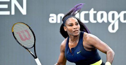 Serena Williams auf dem Tennisplatz.