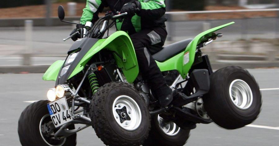 Wer mit einem Quad auf der Straße fahren will, sollte die heiklen Eigenheiten kennen und sich entsprechend darauf einstellen.