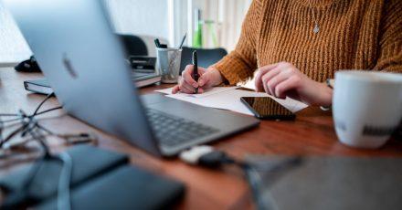Im Homeoffice arbeiten viele Beschäftigte an einem nicht-ergonomischen Arbeitsplatz. Laut einer neuen Umfrage sind oft gesundheitliche Probleme die Folge.